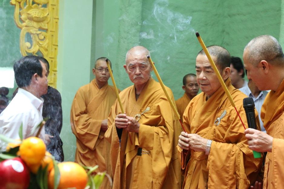 Chư tôn đức niêm hương bạch Phật