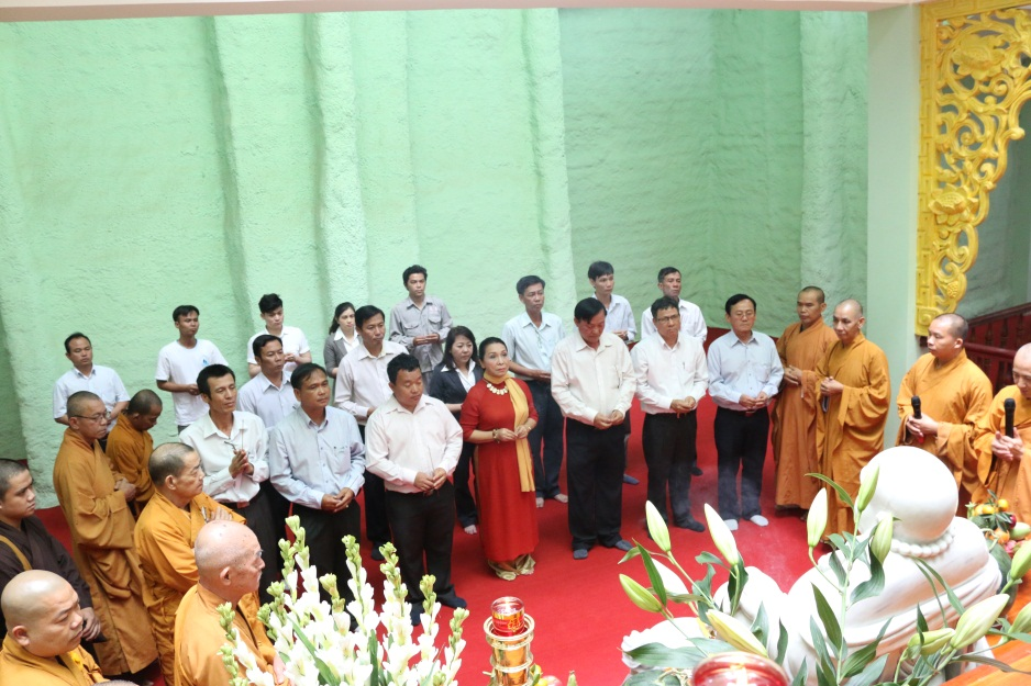 Lãnh đạo, CNV Công ty, phật tử, Chư tôn đức vào điện Phậtlàm lễ