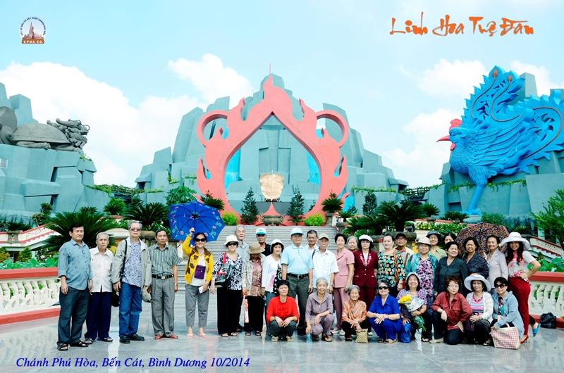 Chụp ảnh lưu niệm tại Linh Hoa Tuệ Đàn