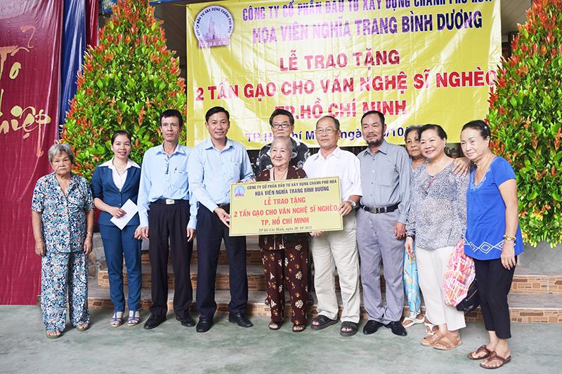Hoa viên nghĩa trang Bình Dương : Tặng 2 tấn gạo cho nghệ sĩ nghèo TPHCM