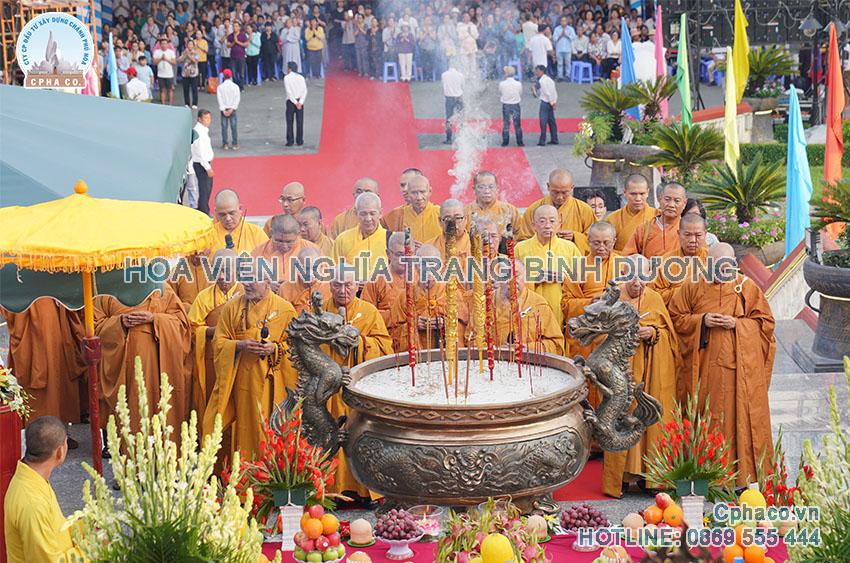 Hình ảnh một lễ cầu siêu tại công viên nghĩa trang Bình Dương