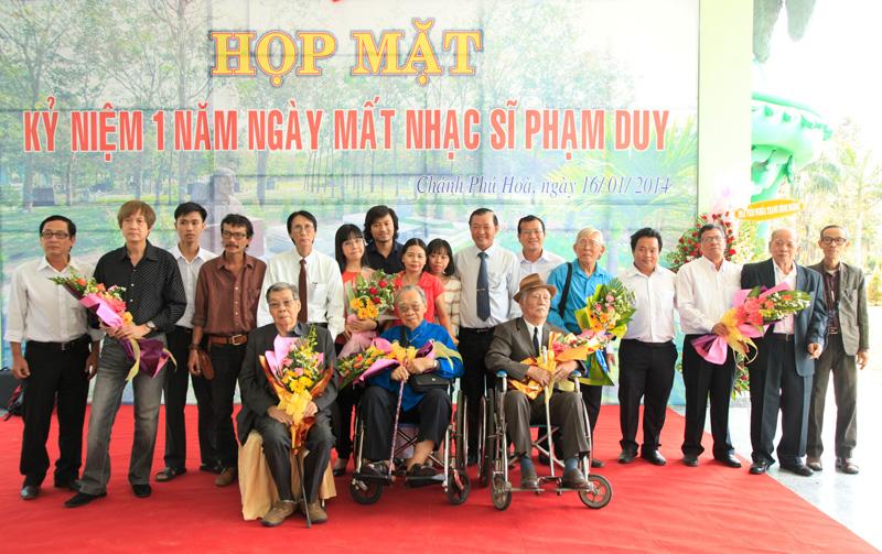 Giáo Sư Trần Văn Khê chụp ảnh lưu niệm buổi Họp mặt kỷ niệm 1 năm ngày mất nhạc sỹ Phạm Duy tổ chức tại Linh Hoa tuệ đàn – Hoa viên nghĩa trang Bình Dương