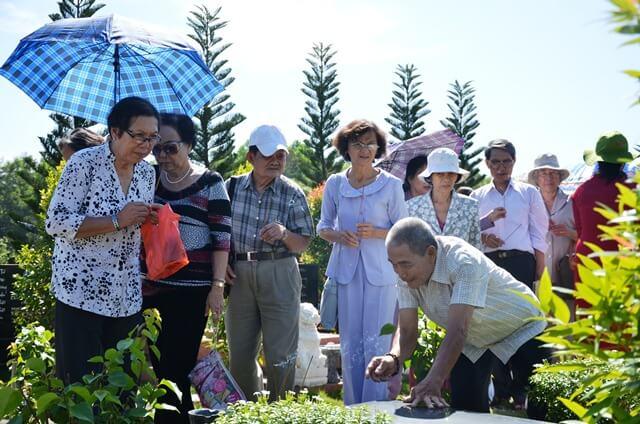 Các nhà giáo đến thăm mộ người thân tại Hoa Viên nghĩa trang Bình Dương