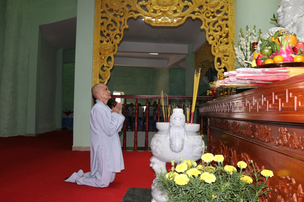 Phật tử dâng lên tấm lòng thành của mìnhđến Chư Phật