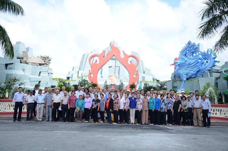 Đoàn khách Quận 9 tham quan Hoa Viên Nghĩa Trang Bình Dương