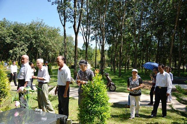 Các nhà giáo nghỉ hưu thăm viếng mộ tại Hoa Viên nghĩa trang Bình Dương
