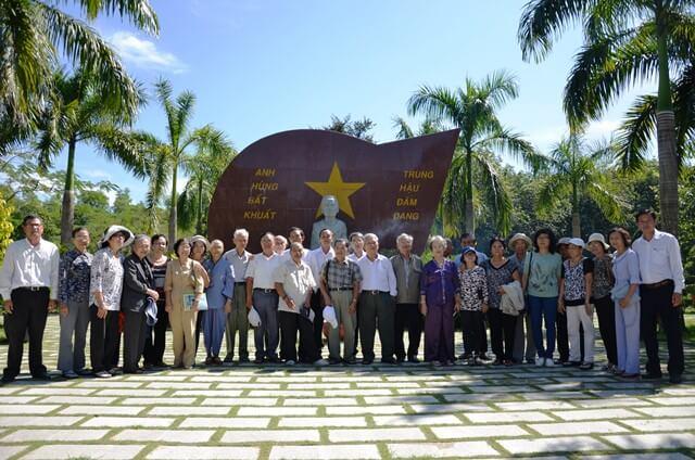 Đoàn nhà giáo nghỉ hưu đến viếng khu mộ Mẹ Việt Nam Anh Hùng