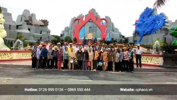 Đoàn người cao tuổi tại Hoa viên nghĩa trang Bình Dương