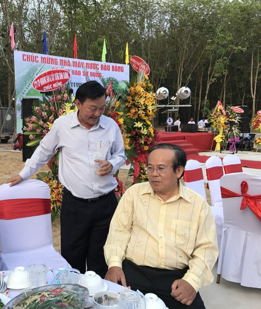 Ông Nguyễn Văn Thiền, Chủ tịch HĐQT C.ty ĐTXD Chánh Phú Hoà trò chuyện cùng NSƯT Giang Châu trong dịp mừng khai trương Nhà máy nước Bàu Bàng- Bình Dương