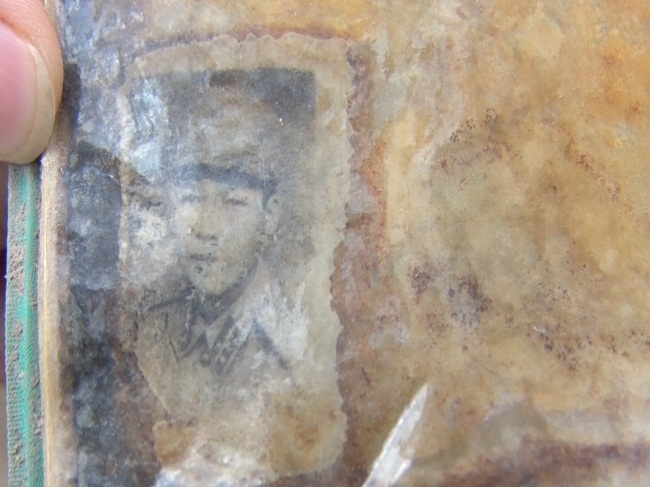 Hình ảnh trong tập album được tìm thấy cùng hài cốt liệt sĩ chưa biết tên
