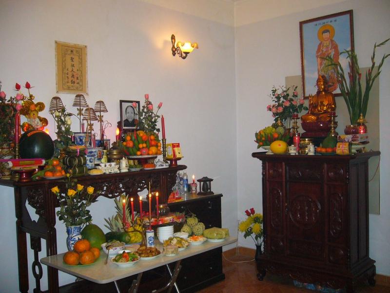 Bàn thờ tổ tiên nên được đặt riêng, thấp hơn bàn thờ thần phật