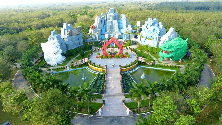Núi Linh Hoa Tuệ Đàn nằm tại vị trí trung tâm có phong thủy tốt, đỡ đầu cho các khu mộ xung quanh.