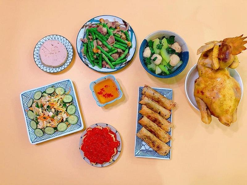 Một mâm cúng gia tiên điển hình gồm gà luộc, xôi, món xào.