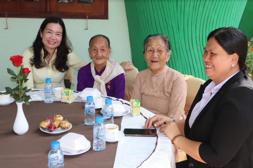 Các mẹ VNAH ở sự kiện Vu Lan tại Hoa Viên nghĩa Trang Bình Dương