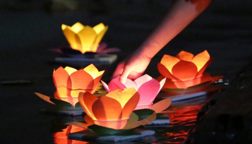 Tập tục thả đèn lồng xuống các con sông như để dẫn đường cho hồn ma trở về cõi âm.