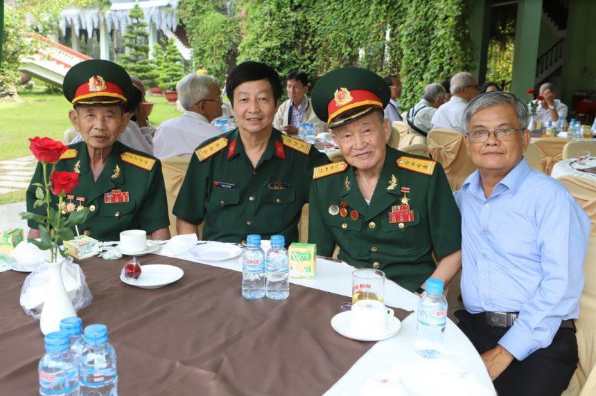 Đại tá tình báo Quân đội Nhân dân Việt Nam Nguyễn Văn Tàu (Tư Cang - thứ 3 từ trái sang) ở một sự kiện tại Hoa Viên nghĩa trang Bình Dương