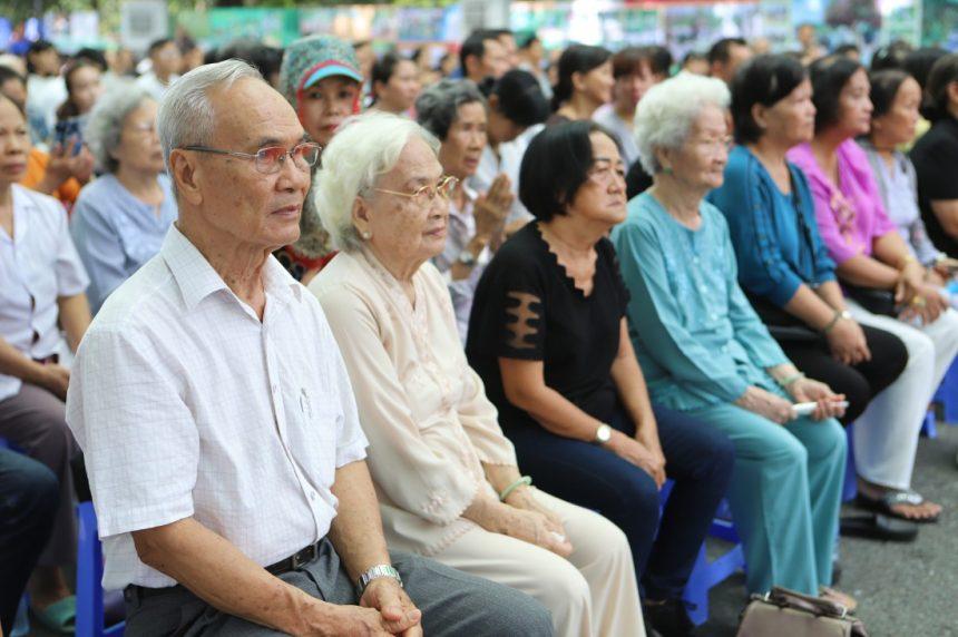 Các cụ ông, cụ bà tại sự kiện dành riêng cho người cao tuổi tại Hoa Viên nghĩa trang Bình Dương