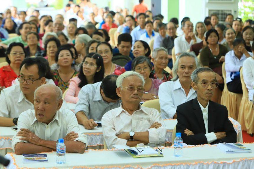 Thầy thuốc ưu tú - lương y Lê Hưng (ngoài cùng bên phải) lắng nghe chia sẻ từ đồng nghiệp..