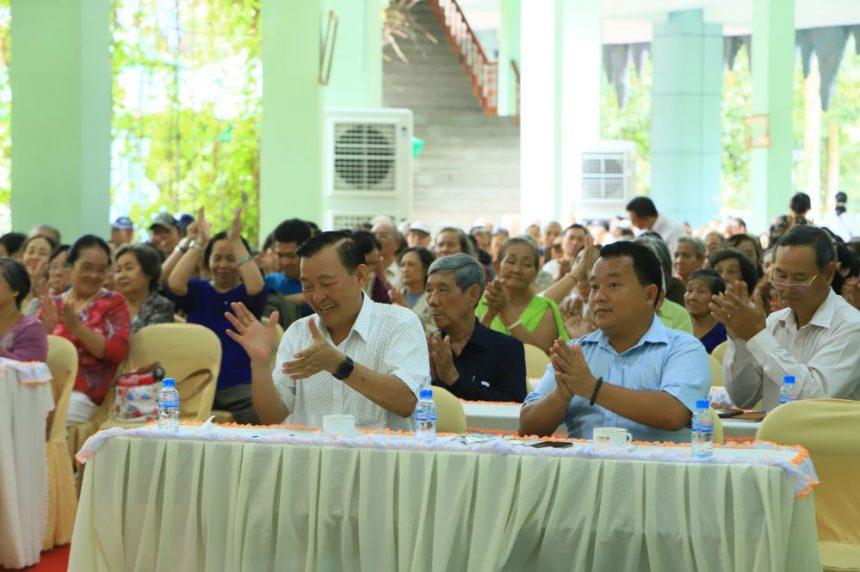 Ông Nguyễn Văn Thiền (trái) - Chủ tịch hội đồng quản trị Cty Cổ phần Đầu tư Xây dựng Chánh Phú Hoà cũng đến dự buổi tư vấn.