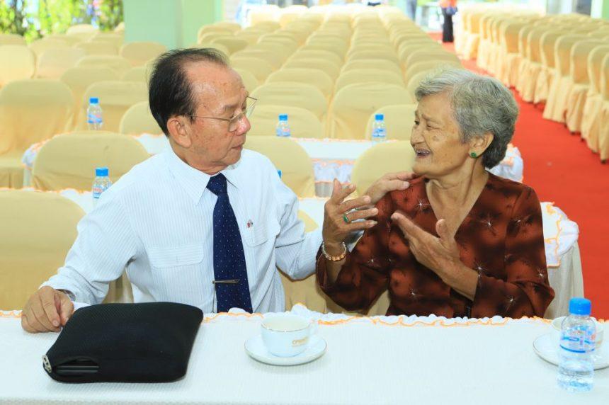 Sau buổi tư vấn PGS.TS. Bác Sĩ Nguyễn Văn Cư cũng đã trao và ký tặng  sách chuyên đề chăm sóc sức khoẻ cho người cao tuổi cũng như tư vấn thêm cho những người cao tuổi có nhu cầu