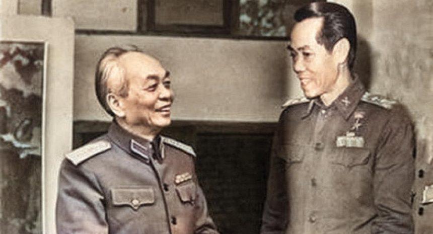 Đại tướng Võ Nguyên Giáp trò chuyện với Thiếu tướng tình báo Phạm Xuân Ẩn