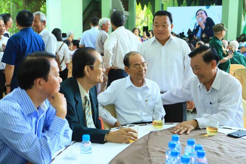 Lãnh đạo cty cổ phần đầu tư xây dựng Chánh Phú Hoà cùng với lãnh đạo tỉnh Bình Dương, lãnh đạo điạ phương trò chuyện trước buổi lễ