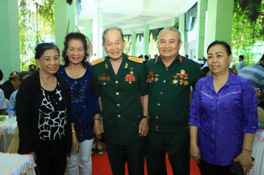 Đại tá Nguyễn Văn Tàu (Tư Cang) thăm hỏi và chụp ảnh cùng các đồng đội cũ.