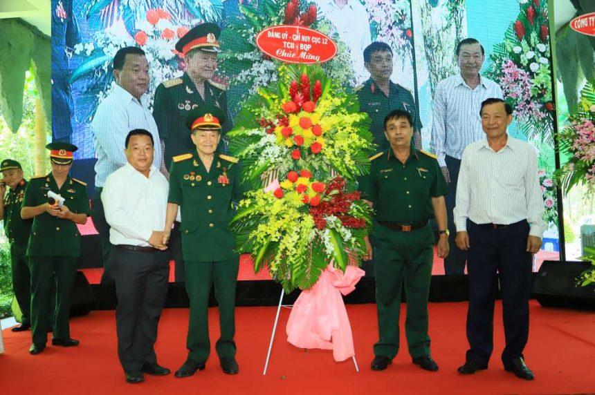 Đại diện Tổng cục tình báo quốc phòng (Tổng Cục II) và lãnh đạo Công ty cổ phần đầu tư xây dựng Chánh Phú Hòa tặng hoa chúc mừng buổi họp mặt