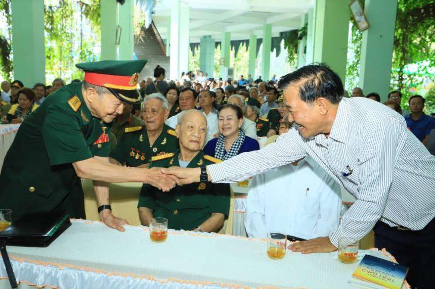 Đại tá Nguyễn Văn Tàu bắt tay thăm hỏi ông Nguyễn Văn Thiền Chủ tịch hội đồng quảng trị cty cổ phần đầu tư xây dựng Chánh Phú Hoà