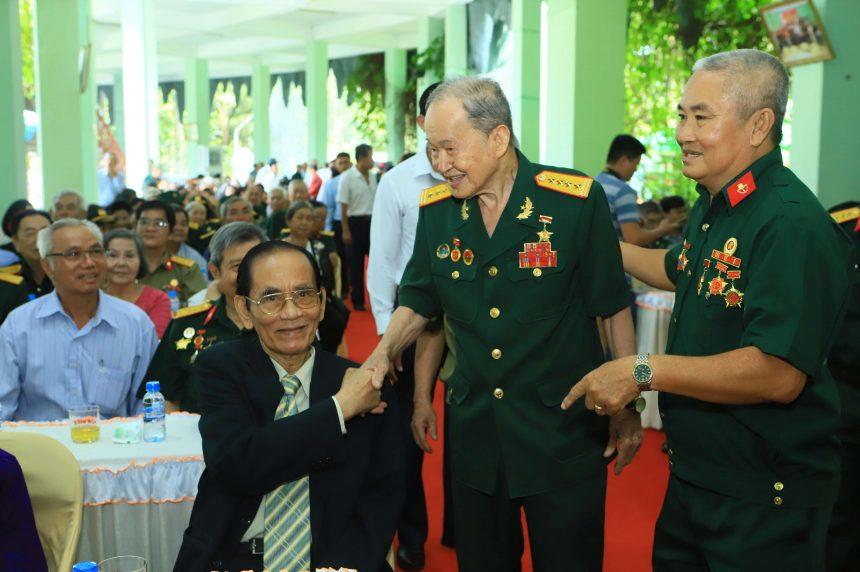 Đại tá Nguyễn Văn Tàu, Anh hùng lực lượng vũ trang nhân dân, nguyên phó chính ủy Phòng Tình báo Miền, thăm hỏi ông Nguyễn Minh Đức (ngồi) nguyên Bí thư Tỉnh ủy Bình Dương tại buổi họp mặt.