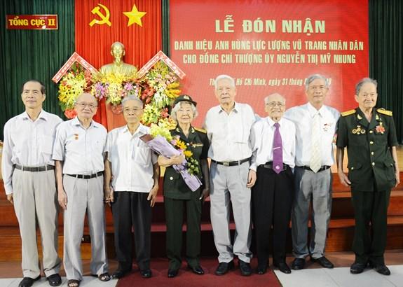 Thượng úy, CCB Nguyễn Thị Mỹ Nhung cùng đồng đội, người thân trong buổi lễ đón nhận danh hiệu Anh hùng LLVT nhân dân.