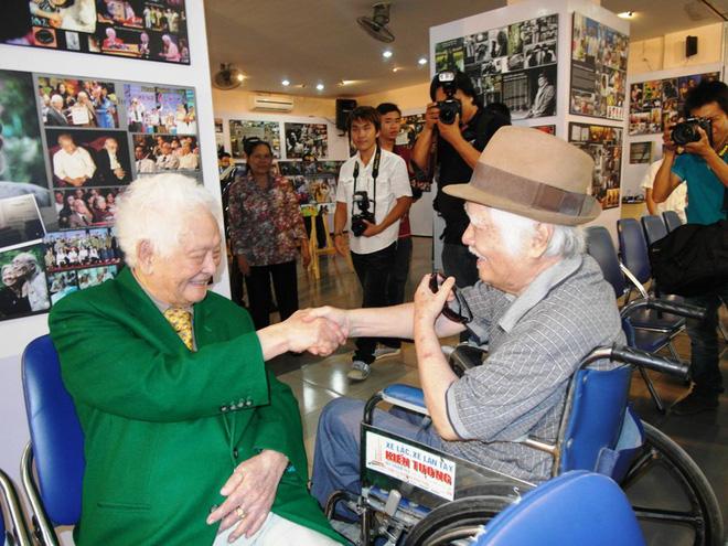 Nhạc sĩ Phạm Duy và Nhạc sĩ Nguyễn Văn Tý gặp nhau tại một sự kiện, thật trùng hợp khi nay hai ông lại về an nghĩ cùng nhau trên đường nghệ sĩ tại Hoa Viên Nghĩa Trang Bình Dương
