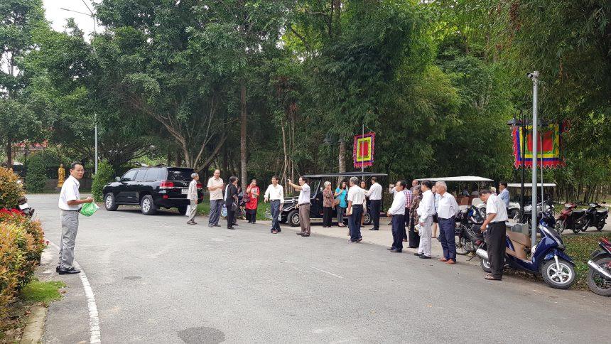 Các văm nghệ sĩ, nhà báo tham quan và trao đổi cùng nhau trước công trình Cây Đa hồn Việt- Nơi thờ vua Hùng