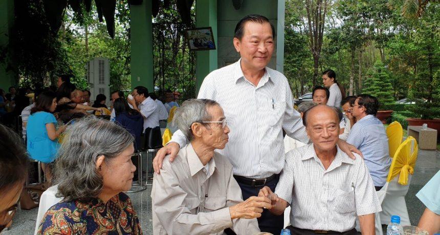 Ông Nguyễn Văn Thiền (đứng) thể hiện tình thân và tri ân những người đóng góp cho Linh Hoa Tuệ Đàn