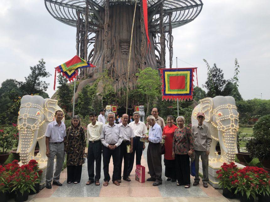 Văn nghệ sĩ chụp hình lưu niệm trước Cây Nêu đã được dựng trang trọng tại Cây Đa hồn Việt