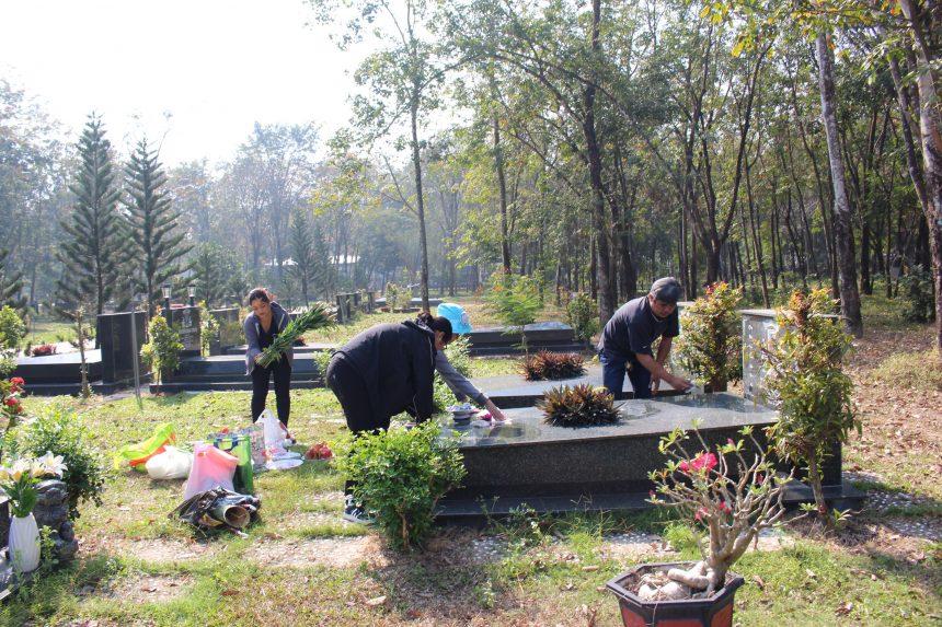 Chăm sóc mộ phần người thân những ngày giáp Tết