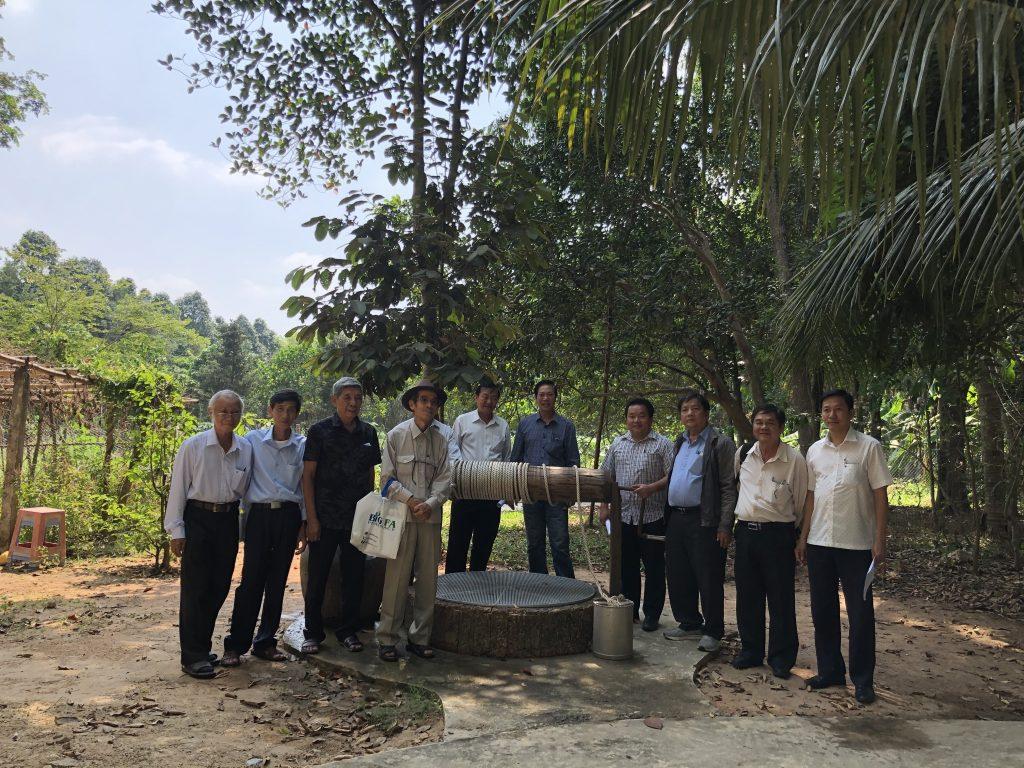 Lãnh đạo  Công ty Cổ phần Đầu tư Xây dựng Chánh Phú Hòa cùng khác mời trong Ban tổ chức chụp hình lưu niệm