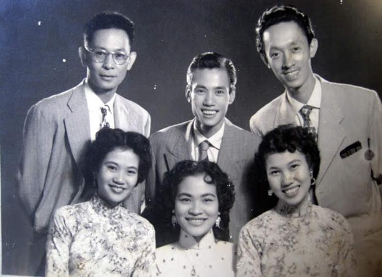 Thái Thanh bên các thành viên của hợp ca Thăng Long, gồm: nhạc sĩ Phạm Duy (trái, hàng trên) - anh rể, nhạc sĩ Phạm Đình Chương (giữa) - anh trai, Phạm Đình Viêm - anh trai, ca sĩ Thái Hằng (trái, hàng dưới) - chị gái và ca sĩ Khánh Ngọc (giữa) - chị dâu.