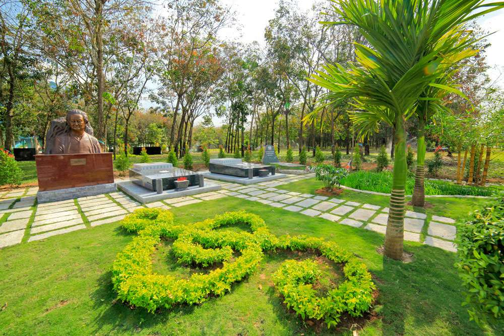 Vườn mộ của Nhạc sĩ Phạm Duy tại đường Nghệ Sĩ, Hoa viên Nghĩa trang Bình Dương