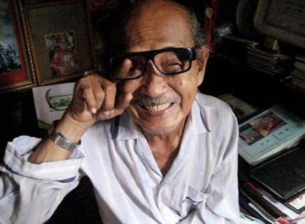 Cặp mắt kính không tròng trứ danh của nghệ sĩ Hồ Kiểng