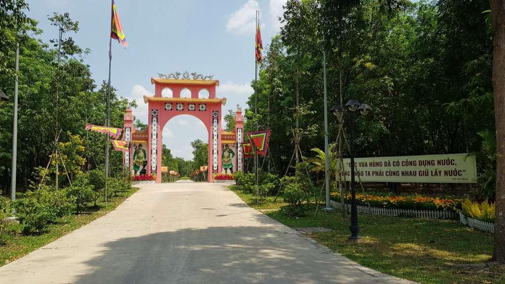 Cổng vào Đền Hùng Hồn Việt