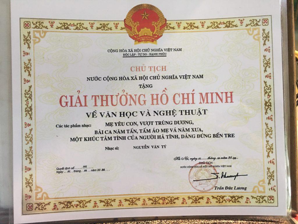 Giải thưởng Hồ Chí Minh do nguyên Chủ tịch nước Trần Đức Lương ký tặng nhạc sĩ Nguyễn Văn Tý vào năm 2000
