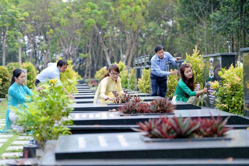 Nhân viên chỉnh trang mộ theo yêu cầu của khách hàng