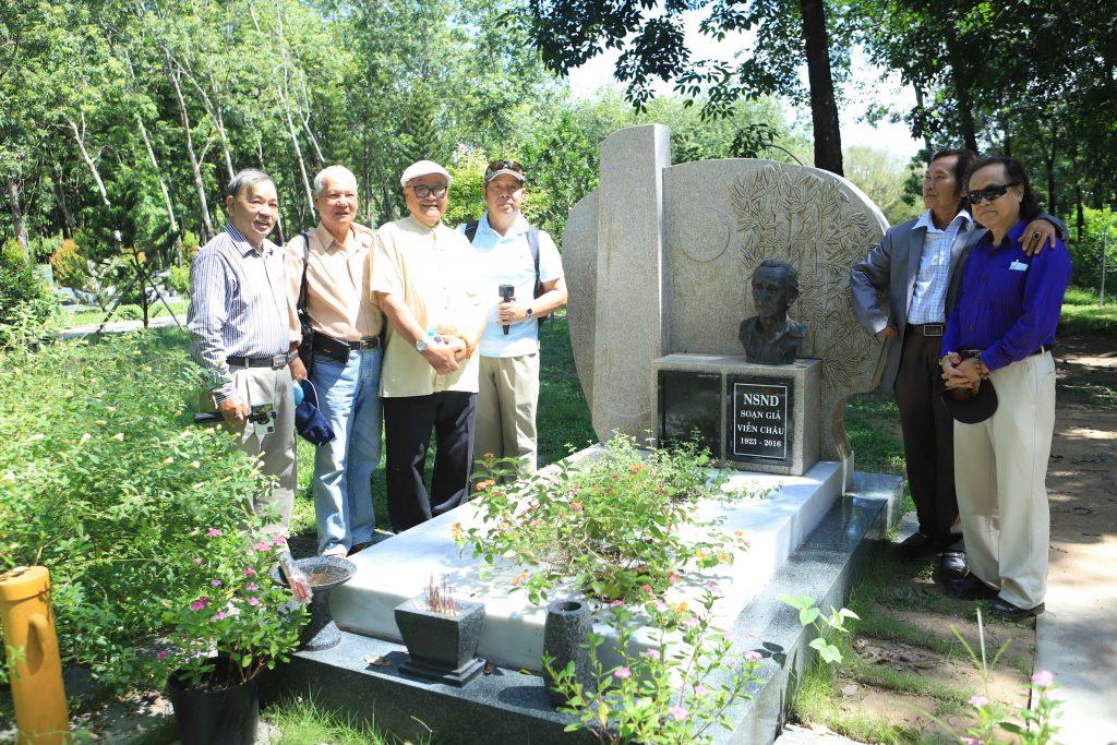 Đoàn nghệ sĩ viếng thăm nơi an nghỉ soạn giả Viễn Châu