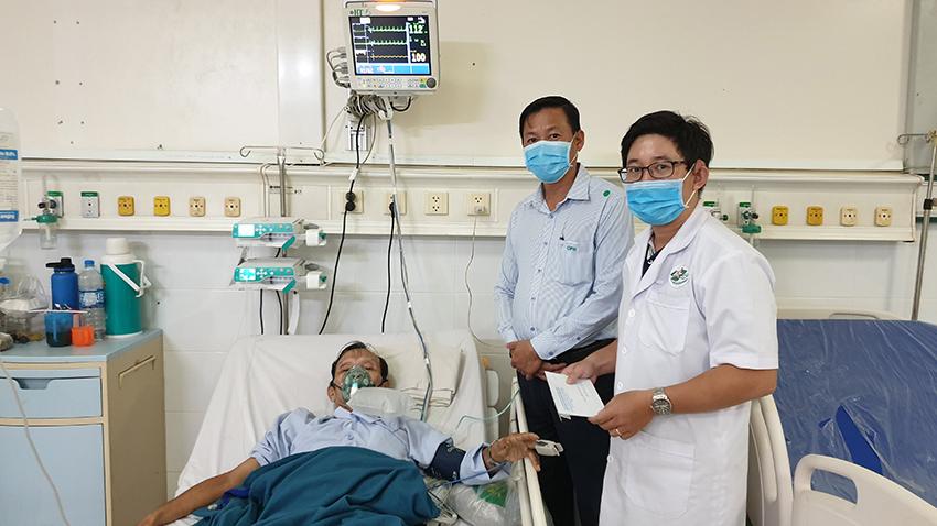Bệnh nhân Bùi Ngọc Hải cùng Bác sĩ Trọng và ông Trần Phú Khánh Hoa Viên nghĩa trang Bình Dương (Từ phải sang trái)