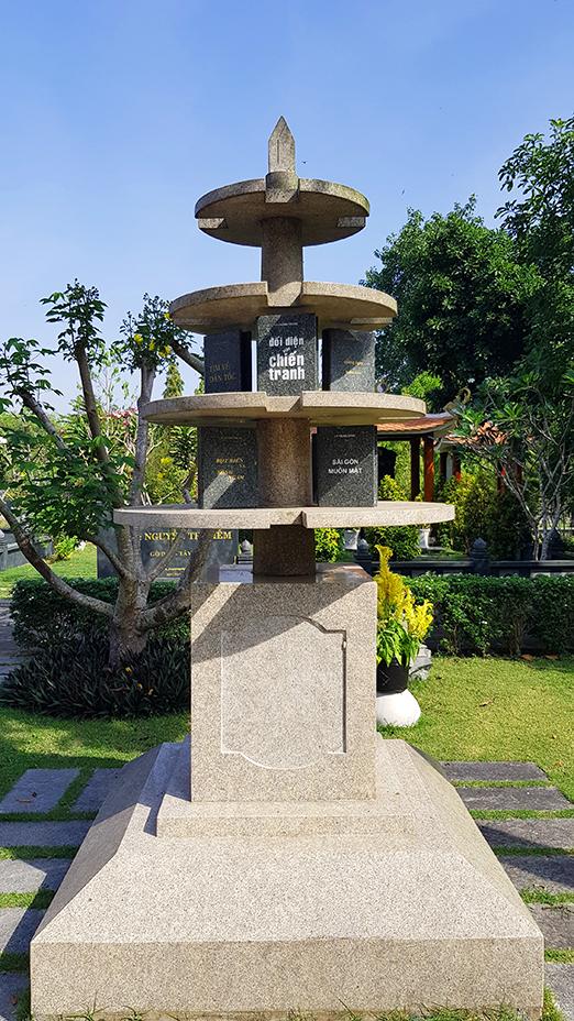 Những tác phẩm nổi tiếng được khắc trên đá trưng bày tại khuôn viên mộ của ông – Hoa Viên nghĩa trang Bình Dương