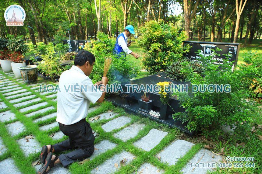 Thân nhân đến tảo mộ Tiết Thanh Minh
