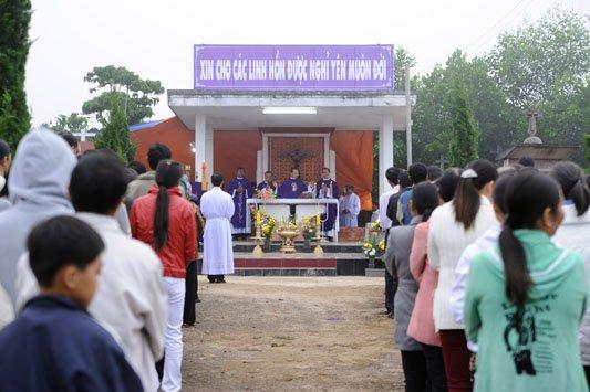 Linh mục làm lễ Các Đẳng tưởng nhớ các tín hữu đã qua đời