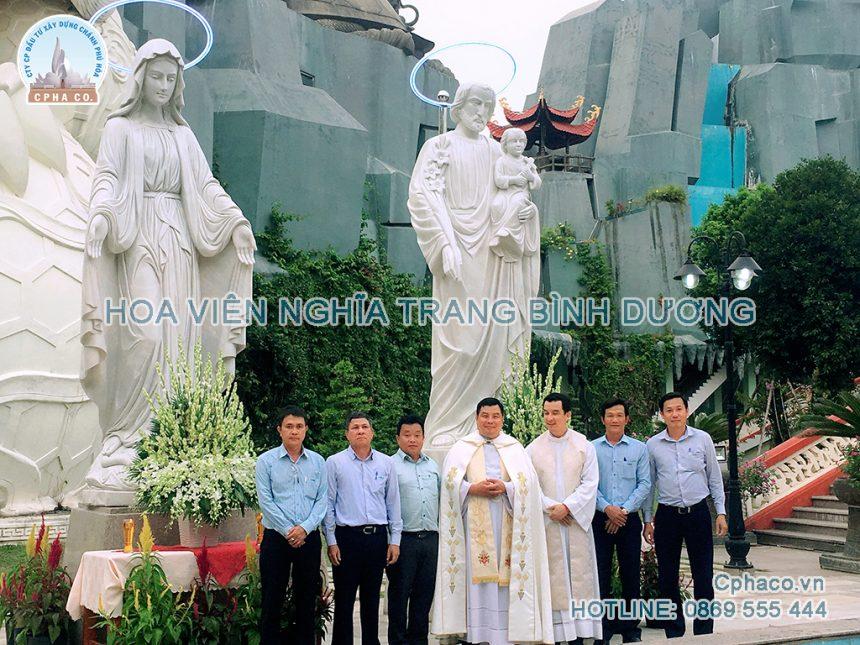 Linh mục đã ban phép cho tượng Gia đình Thánh gia đặt trong khu Linh Hoa Tuệ Đàn