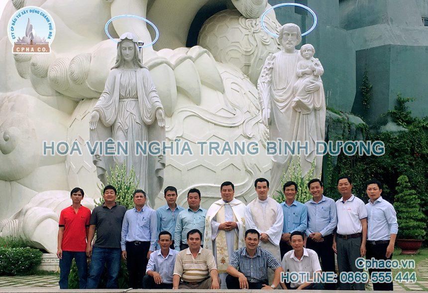 Hình lưu niệm bên đài tượng gia đình thánh gia